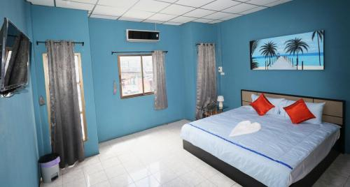 Room 4 - 22 sqm, 1 extra bed sofa, flatscreen tv. King size bed.