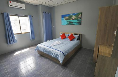 Room 5 - Deluxe queen, 22 sqm, 1 extra bed sofa. Queen size bed.