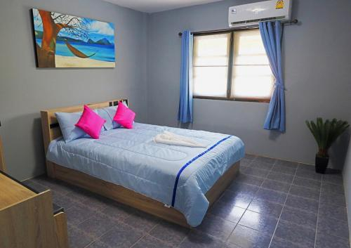 Room 2 - 16 sqm, 1 queen size bed