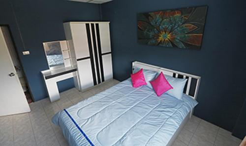 Room 1 - 16 sqm, 1 queen size bed